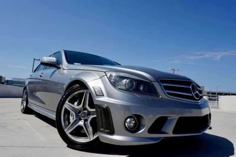 """Mang phong cách đúng nghĩa """"xe độ"""" với dáng vẻ hầm hố. Gây ấn tượng với sức mạnh khối động cơ bên trong đã khiến Mercedes AMG C36 đời đầu mang lại bên mình nhiều tiếng vang chỉ sau khi vừa ra mắt."""