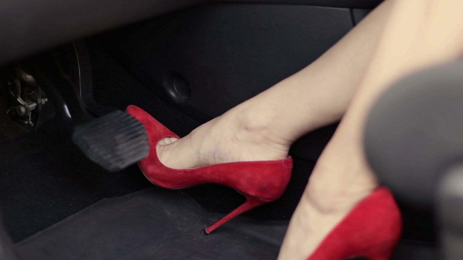 sử dụng giày cao gót khi lái xe ô tô