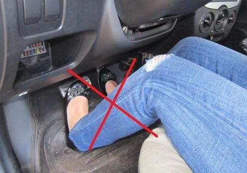 Hãy để gót chân phải của bạn ở Pedal phanh