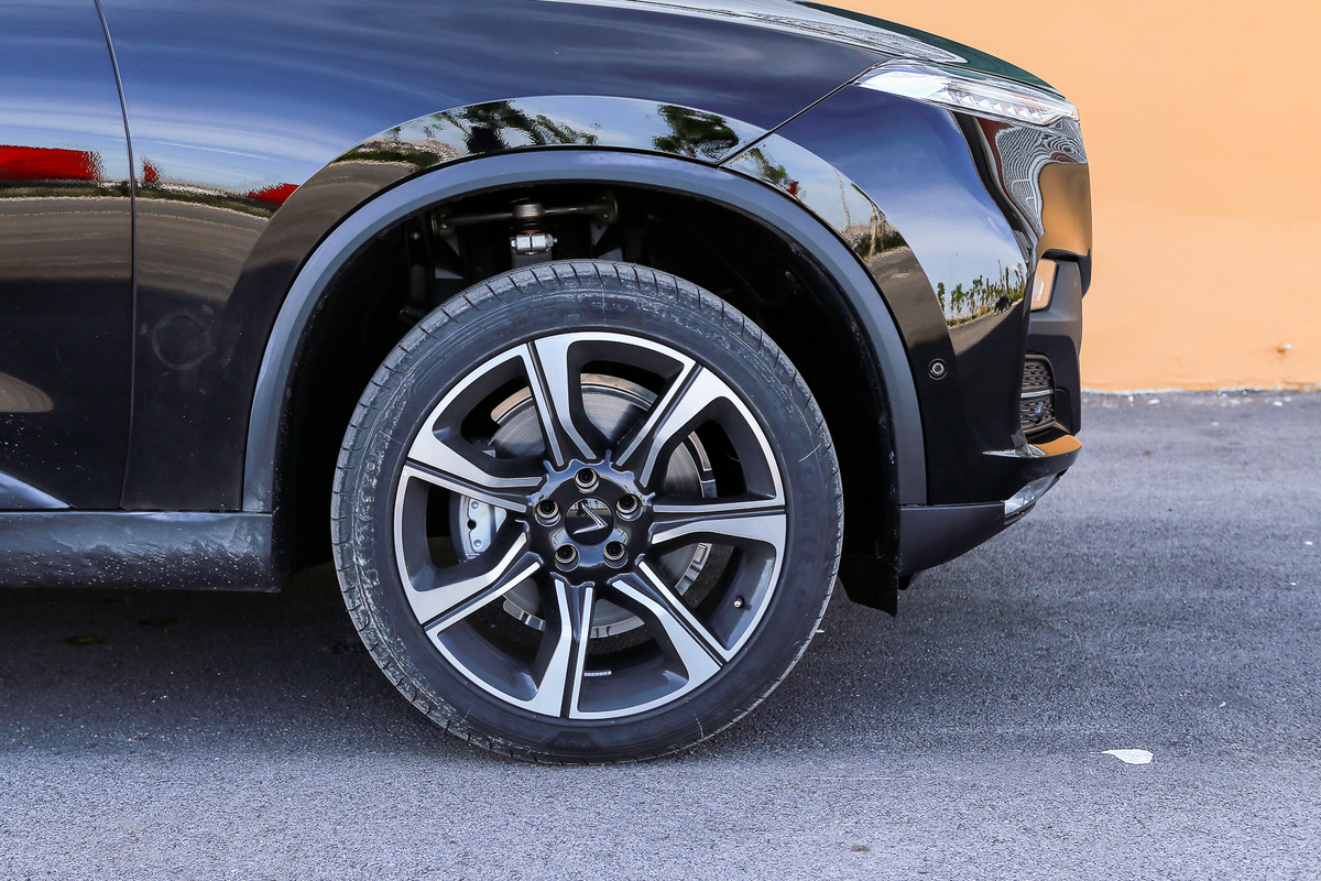 Quan sát mâm bánh xe và bộ vành của con xe Vinfast