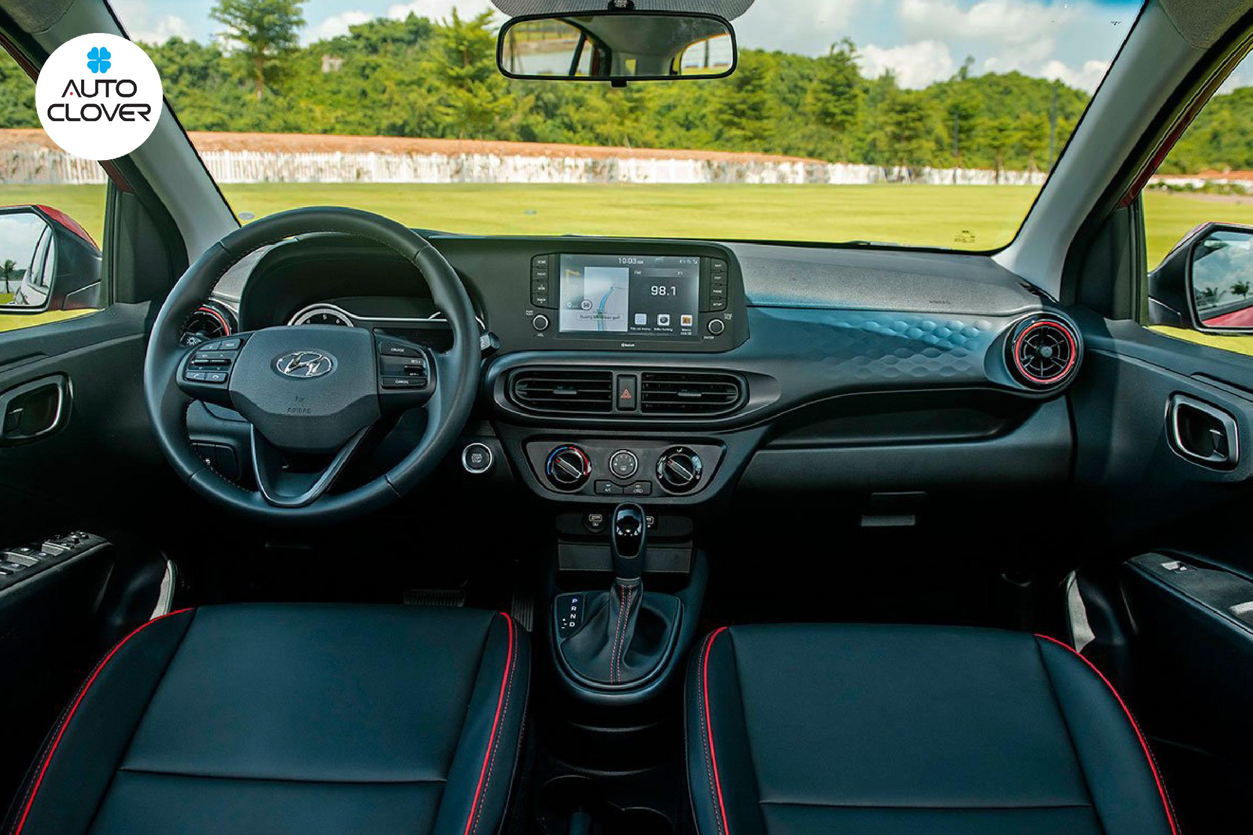 Chất liệu da tối màu kết hợp viền chỉ đỏ làm nội thất phù hợp với người chơi xe hơi thích sự năng động
